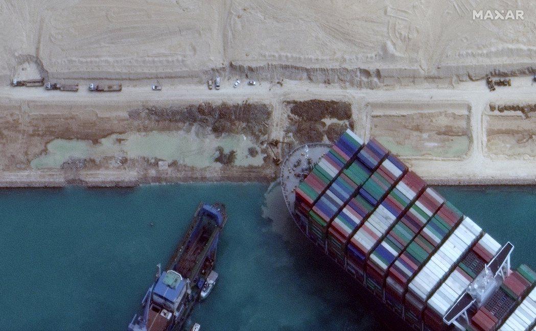 蘇伊士運河因長賜輪擱淺而關閉,對國際油價的影響不會有想像中地那麼大。圖/路透