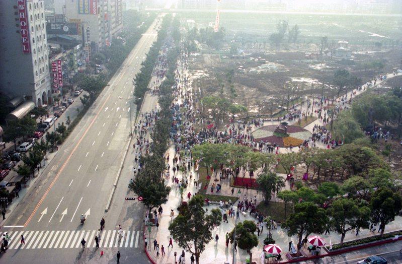 台北市7號公園定名為大安森林公園並正式啟用,不過公園尚未全部完工。圖/聯合報系資料照片