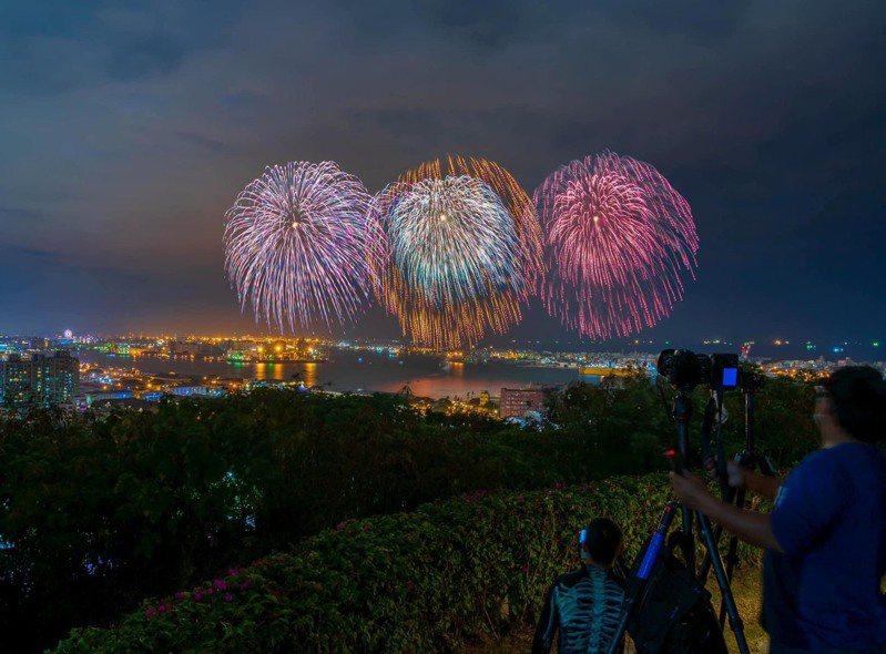 2021國慶焰火將與跨百光年大港花火相同地點,在高雄港施放,圖為跨百光年大港花火照片。圖/高雄市新聞局提供