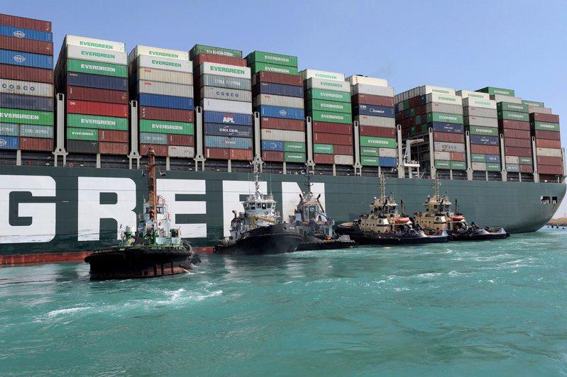 數艘拖船28日努力讓長榮貨櫃輪「長賜號」脫淺。歐新社