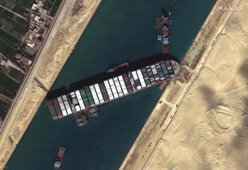 衛星照片顯示,長榮海運的超大型貨櫃輪「長賜號」27日仍卡在蘇伊士運河。法新社