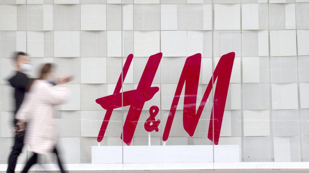 大陸多家電商平台已下架H&M相關產品。圖為山西太原民眾從一家H&M店前經過。中新...