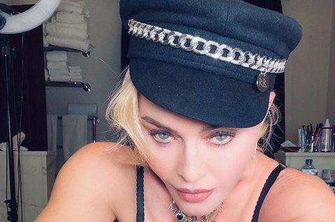 樂壇女王瑪丹娜之前被年輕女網友艾蜜莉亞歌蒂指控在出「心叛逆」專輯時的相關照將自己的臉貼在她的身體上、好讓身形看來更青春,她至今沒有正面回應, 卻在稍早發布了好幾張尺度超大膽、展現身材的新照片,似有意...