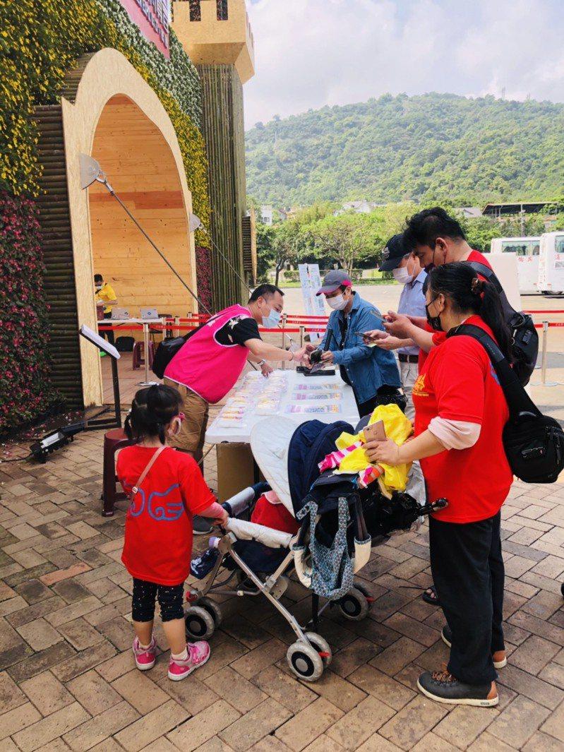 為了讓礁溪溫泉在台灣好湯網路票選中脫穎而出,宜蘭縣政府今天進駐綠色博覽會設攤,拜託民眾用手機上網投票。圖/縣府提供