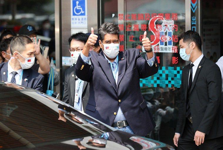 帛琉總統惠恕仁(中)上午至新光醫院做健康檢查,離開前向在醫院外守候的媒體豎起雙手...