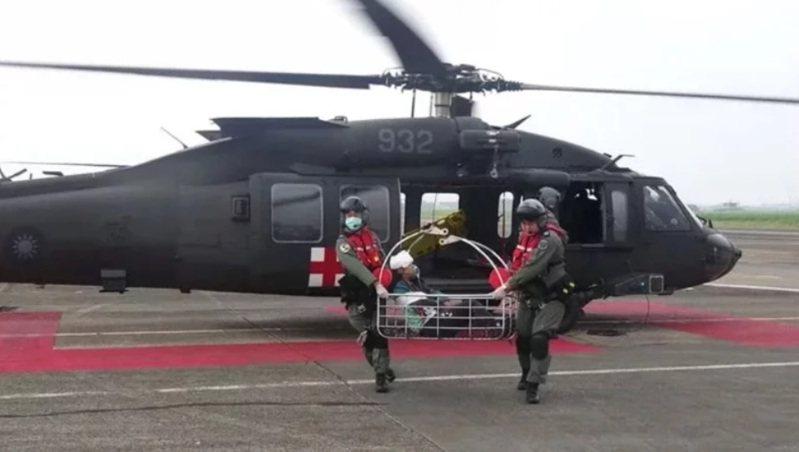針對空軍22架UH-60M黑鷹直升機加裝夜間搜救裝置的問題,國防部副部長張哲平上午在立法院表示,國防部與空軍已組成談判團隊,在本土加裝將價格低壓是最佳選項,否則也會在成本效益最佳的狀況下執行。圖/中華民國空軍臉書粉絲