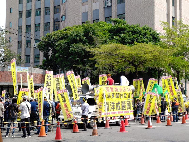 國內釣客人口不少,台灣釣權團結聯盟社群今到農委會以及農委會漁業署抗議,要求漁港開放民眾垂釣。圖/陳抗民眾提供