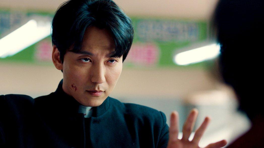 金南佶飾演脾氣火爆的神父。圖/東森提供
