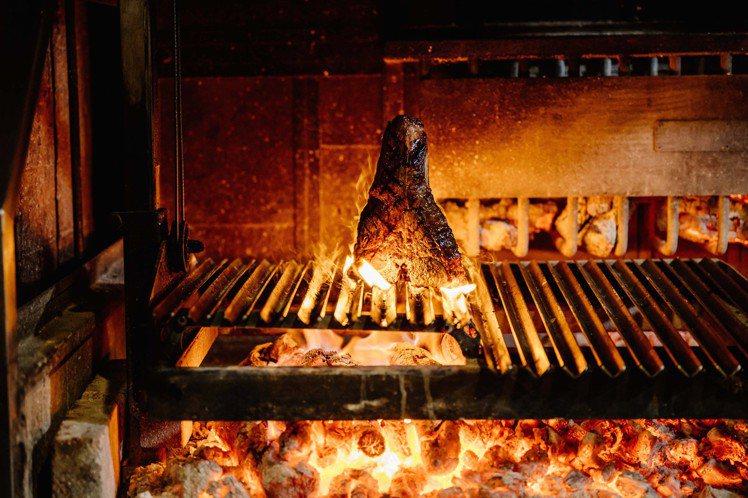 主廚林明健在WILDWOOD以原木生火燒烤自家乾式熟成肉品。圖/WILDWOOD...