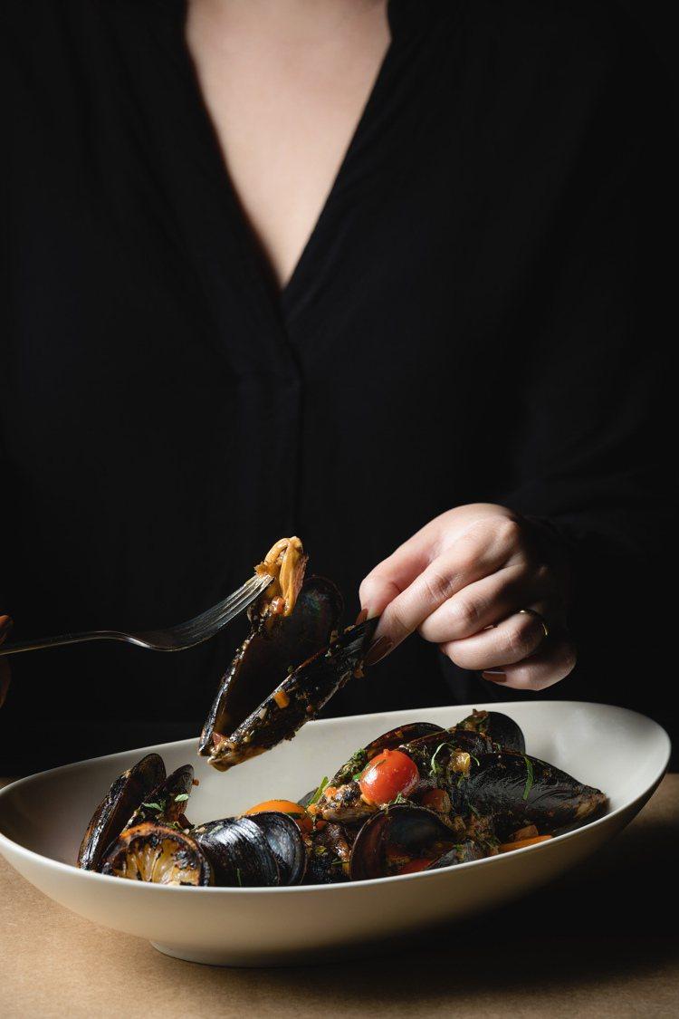 辣味蕃茄馬祖淡菜、綜合香草。圖/WILDWOOD提供。