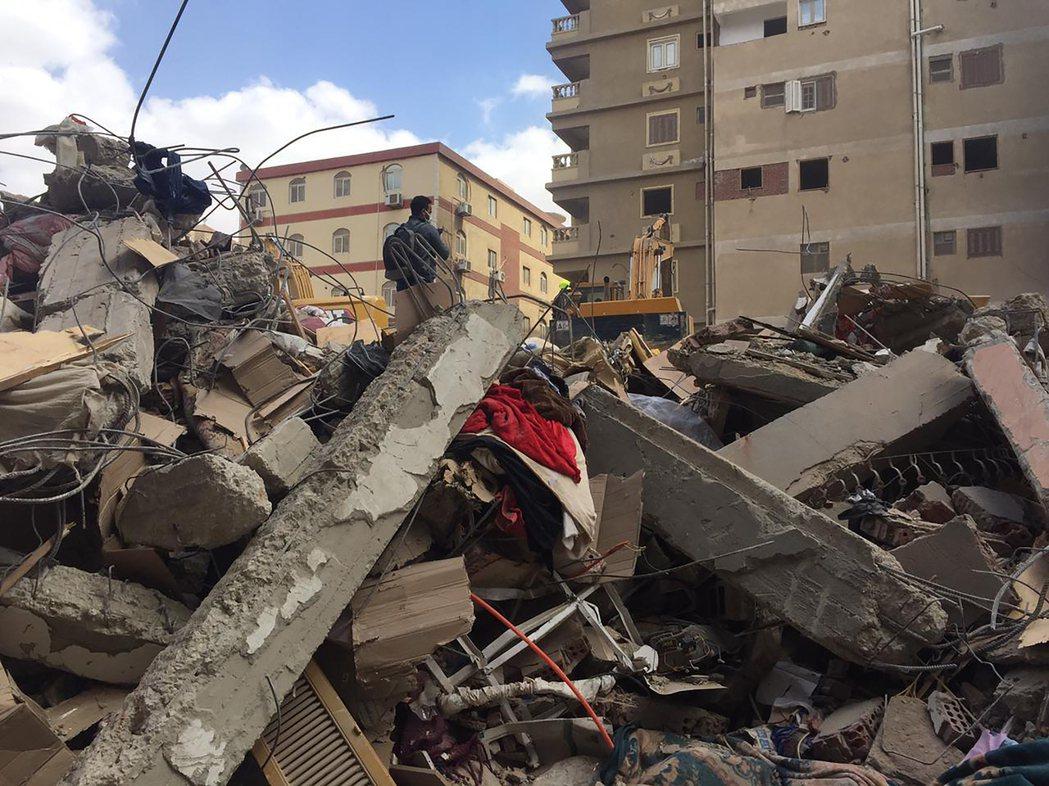 27日埃及首都開羅東郊一棟10層住宅大樓倒塌。美聯社