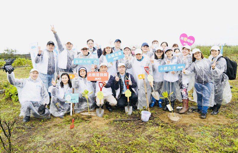 友達永續基金會召集集團企業志工植樹造林,以行動串聯國土生態綠網。圖/友達提供