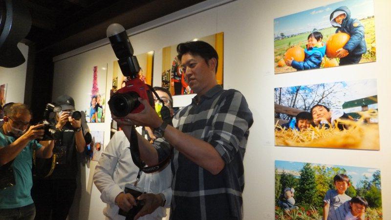 中信兄弟隊教練王建民迷上攝影,正在進行攝影展。記者藍宗標/攝影