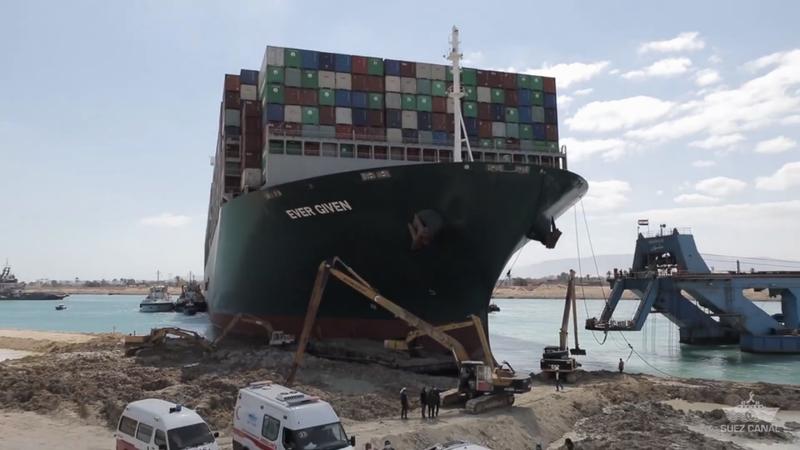 相較事發初期僅有一台「孤單怪手」,擱淺的長賜號船體如今附近多了至少5台怪手進行清淤作業,周圍泥沙也大幅減少,據悉,救援任務取得重大進展前夕,共計已挖出多達2.7萬立方公尺的泥沙。圖/取自YouTube/SCA