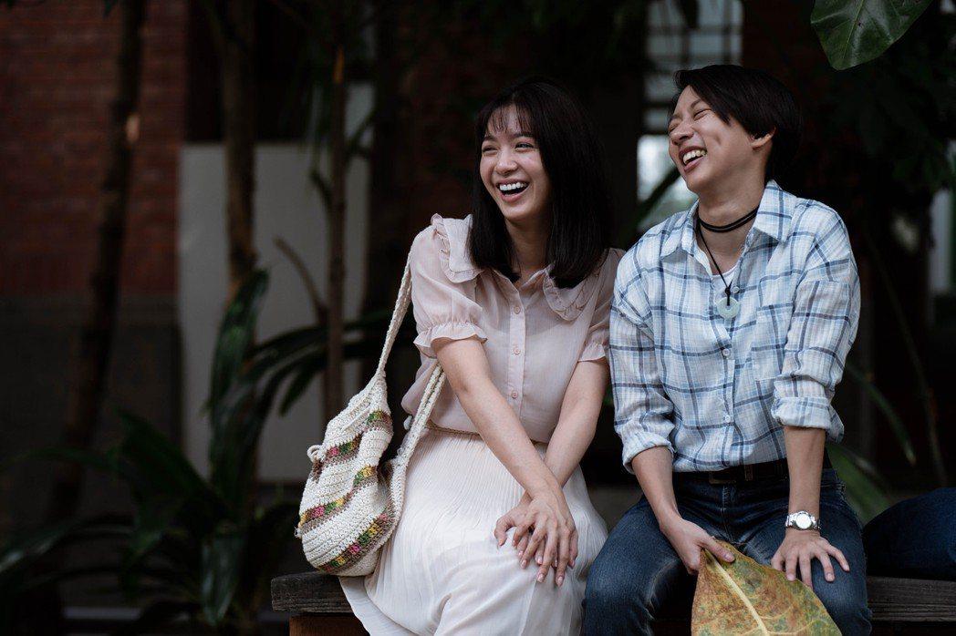 陳妤(右)在「弓蕉園的秘密」中與劉倩妏飾演一對女女戀人。圖/公視提供