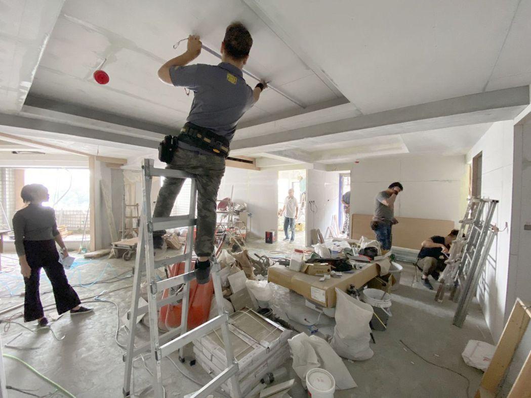 一名網友PO文表示,如果最近有裝修或買賣房屋需求,是不是只能等到疫情結束了。示意...