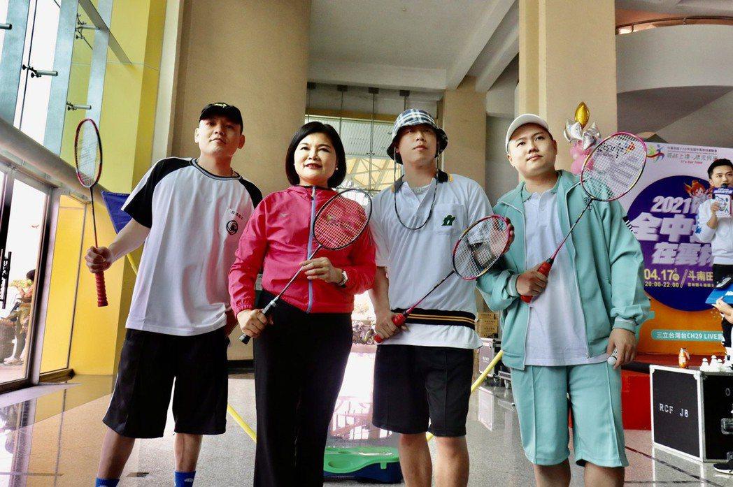 玖壹壹和雲林縣長張麗善(左二)組隊PK雙人羽球。圖/三立電視提供
