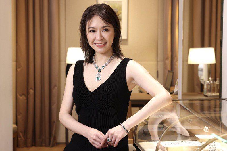 蔡依珊出席「非凡語彙」頂級珠寶鑑賞會,配戴價值上億的卡地亞祖母綠鑽石項鍊。記者/王聰賢攝影