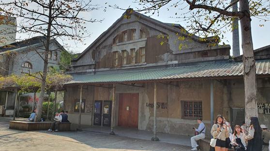 台北酒廠位於「華山文創園區」內,2003年公告為直轄市定古蹟,今日舉行文資審議會議變更建物文資身分,其中「台北酒廠四連棟」、「台北酒廠米酒作業場」由歷史建築升格為古蹟。圖/文化局提供
