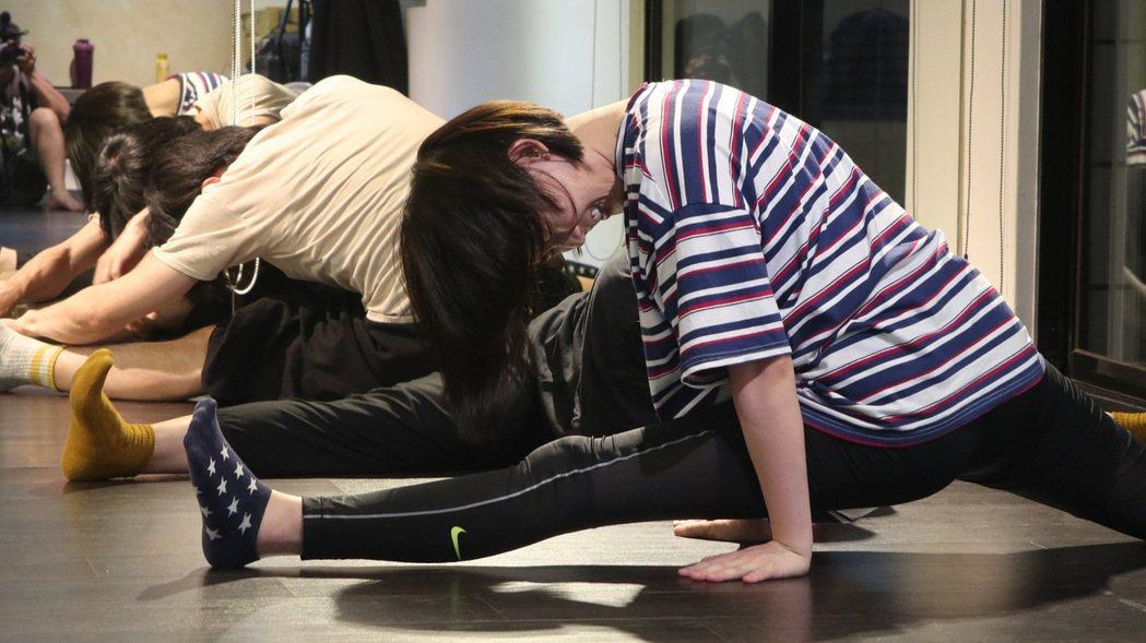 孫可芳在「植劇場2」籌備課程訓練計畫中的京劇課程卯足全力拉筋。圖/拙八郎提供
