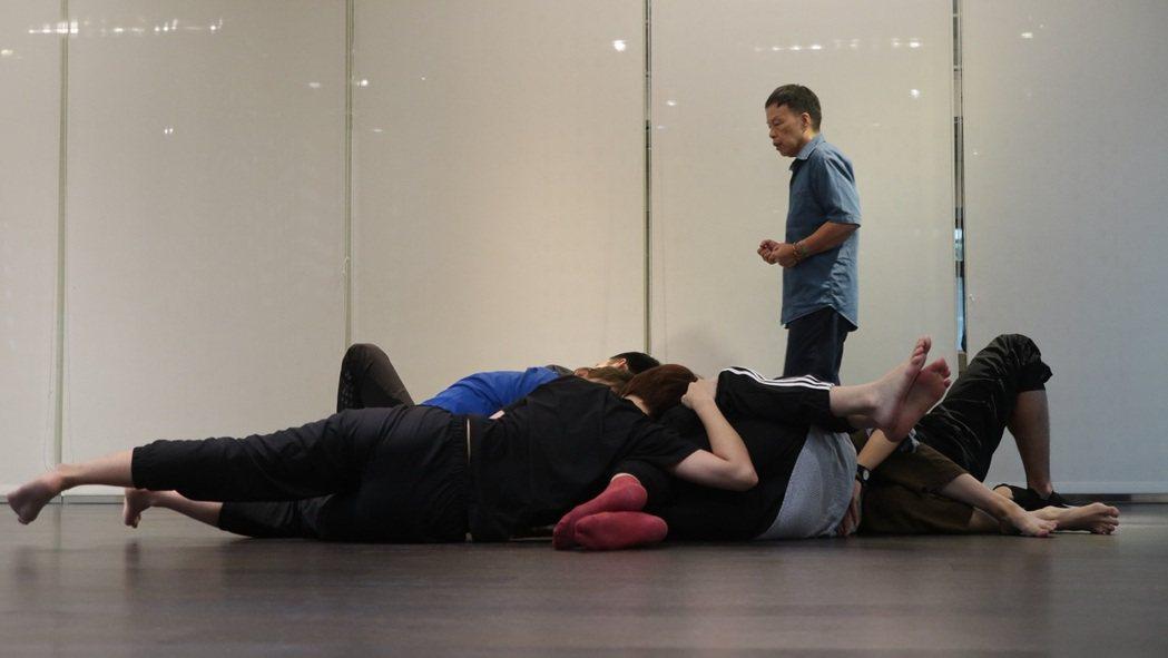 導演王小棣於「植劇場2」啟動開拍前再次找回「植劇場」演員一起上課受訓。圖/拙八郎...