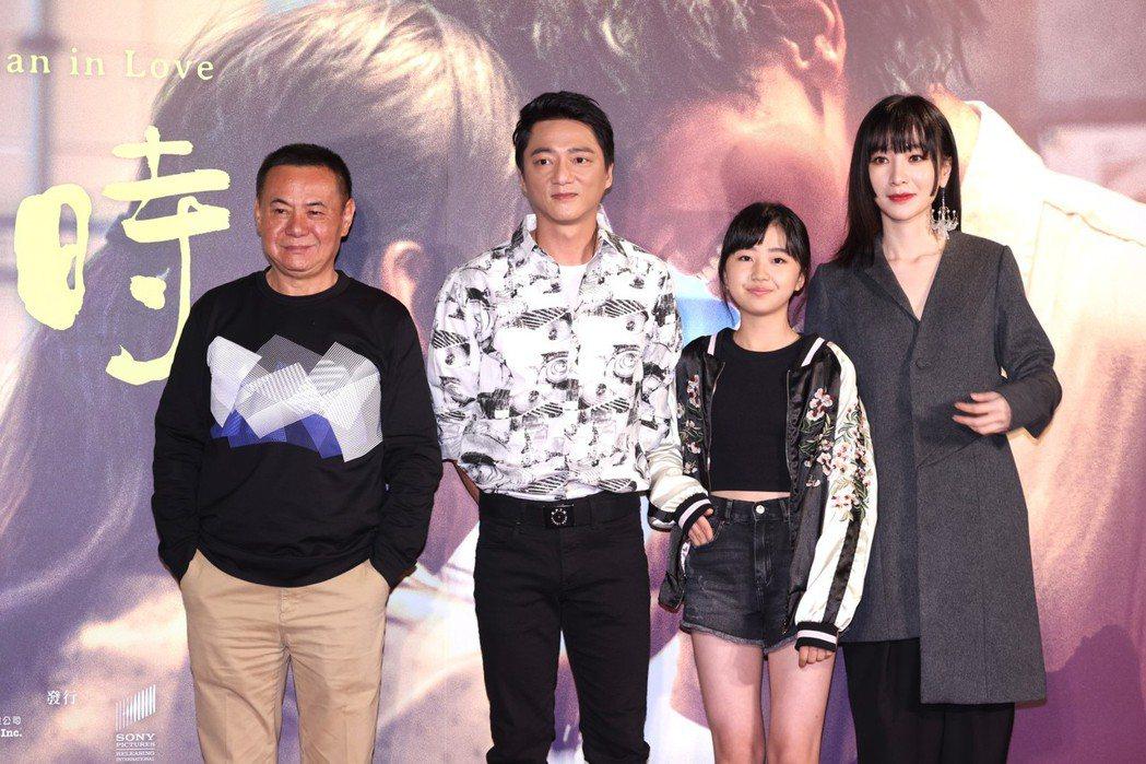蔡振南(左起)、藍葦華、白小櫻與陽靚扮演一家人。記者王聰賢/攝影