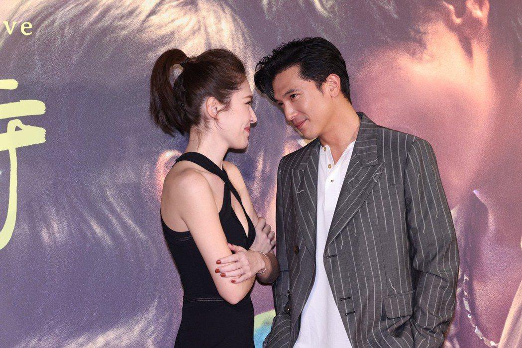 許瑋甯(左)和邱澤重現影片海報的動作、表情。記者王聰賢/攝影