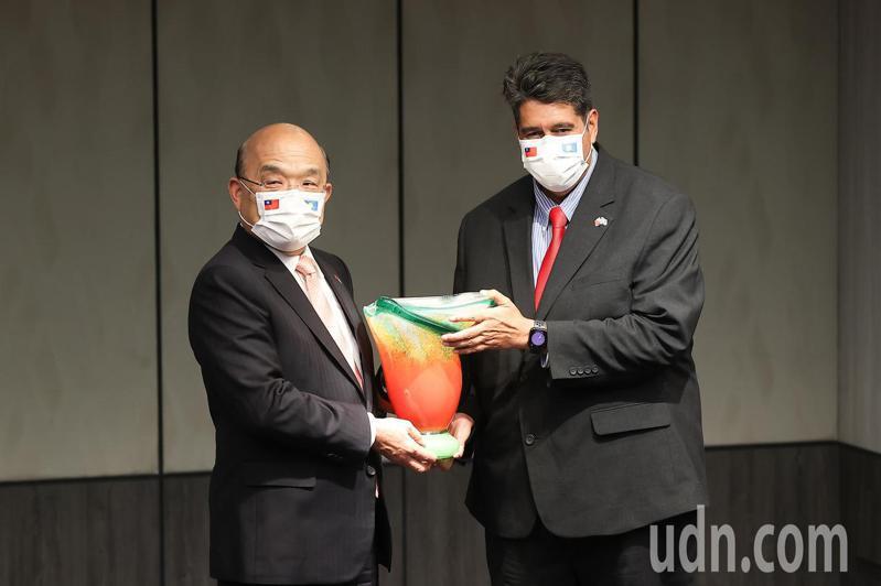 行政院長蘇貞昌(左)今天宴請帛琉總統惠恕仁(右),並互相致贈禮物。記者葉信菉/攝影