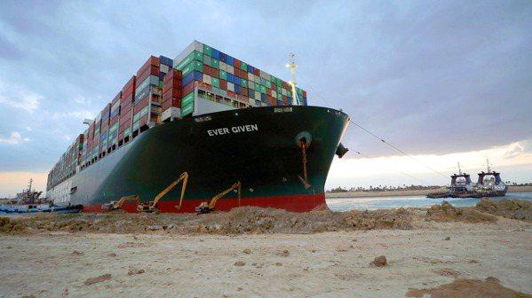 在蘇伊士運河擱淺一周的「長賜輪」29日終於恢復自由,蘇伊士運河即將恢復通航。圖/...