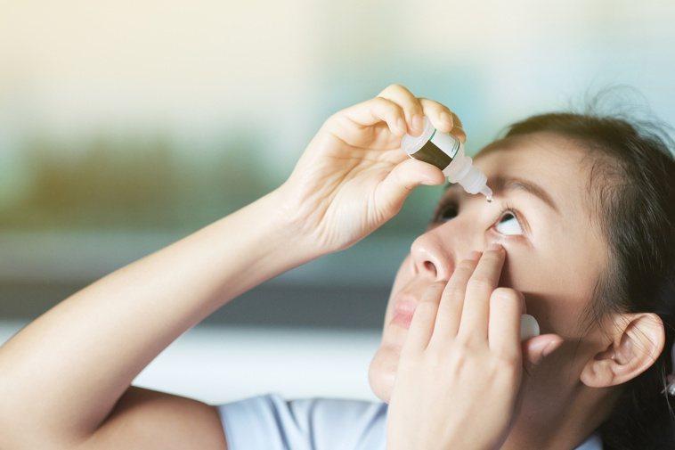 點人工淚液只是補充水液層的不足,未必能改善乾眼症狀。圖╱123RF
