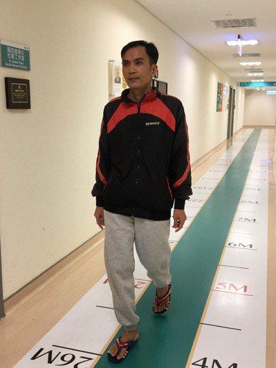 飽受腰部椎間盤突出疼痛的張先生,接受脊椎微創手術,術後當天即下床行走。圖/輔大醫...