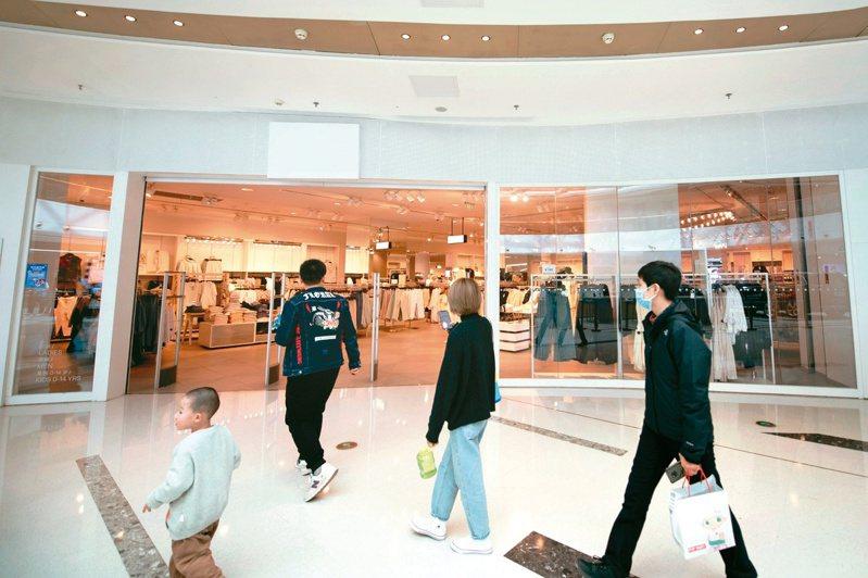 瑞典品牌H&M近日捲入新疆棉風暴,遭大陸民眾抵制。山西太原一家門市照常營業,但把店名遮起降低存在感。(路透)