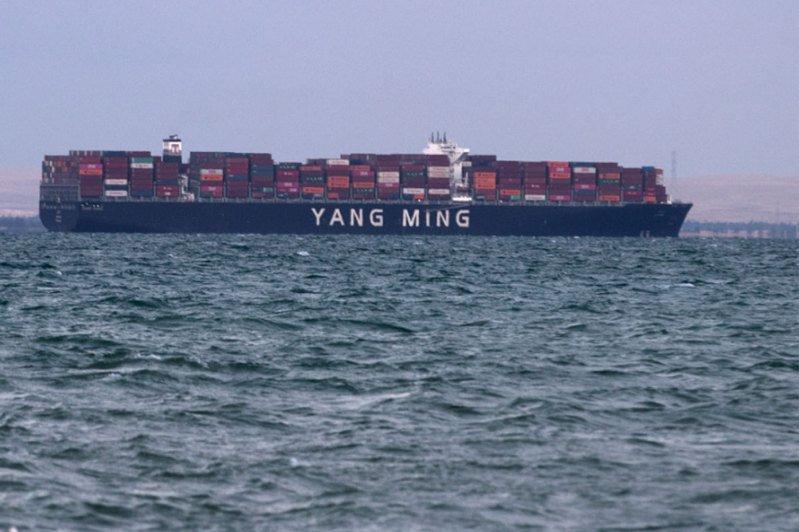 長榮海運巨型貨櫃輪長賜號脫淺,蘇伊士運河重新通航。圖為通航後首艘通過的陽明海運旗下的登明輪。歐新社