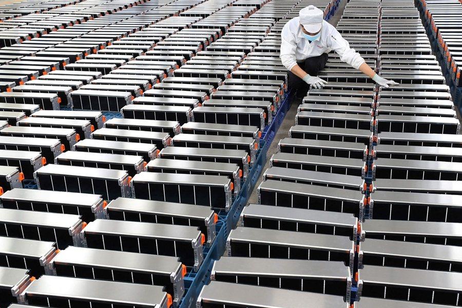 雖然美國九成以上的鋰礦來自於南美,但中國掌控了鋰礦加工業。圖為位於南京的鋰電池生產商欣旺達。 圖/法新社