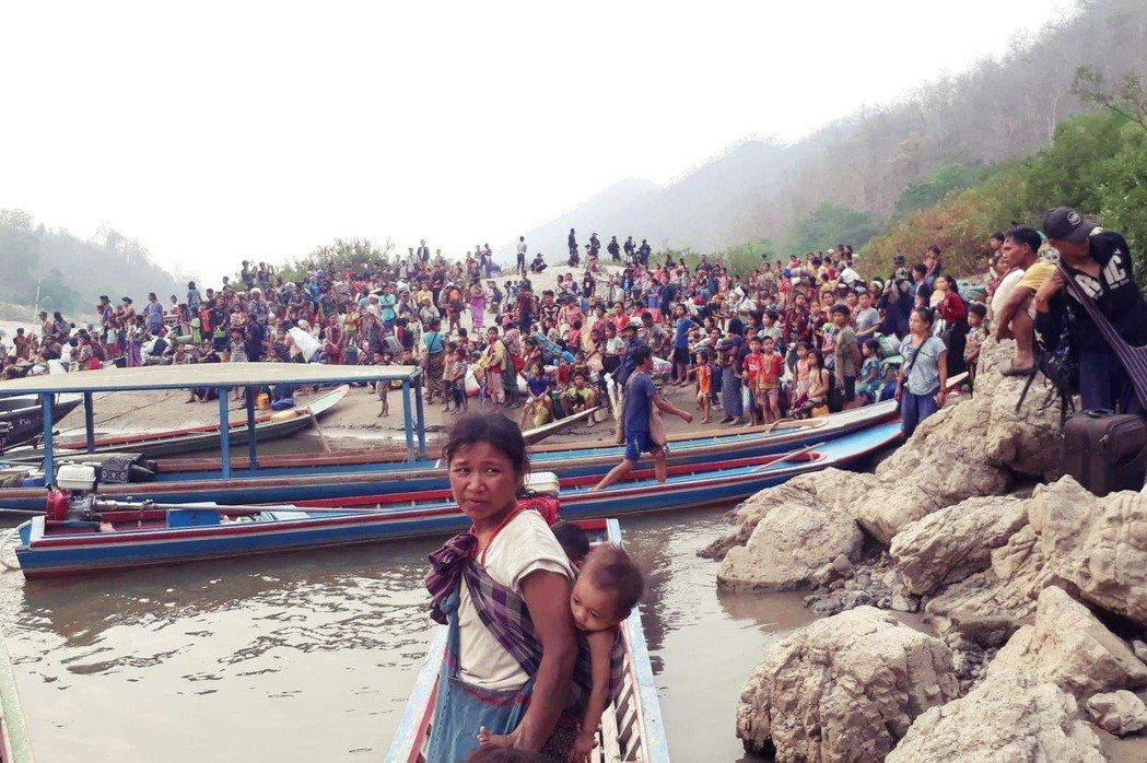 圖為逃亡的克倫族。 圖/Handout via Reuters
