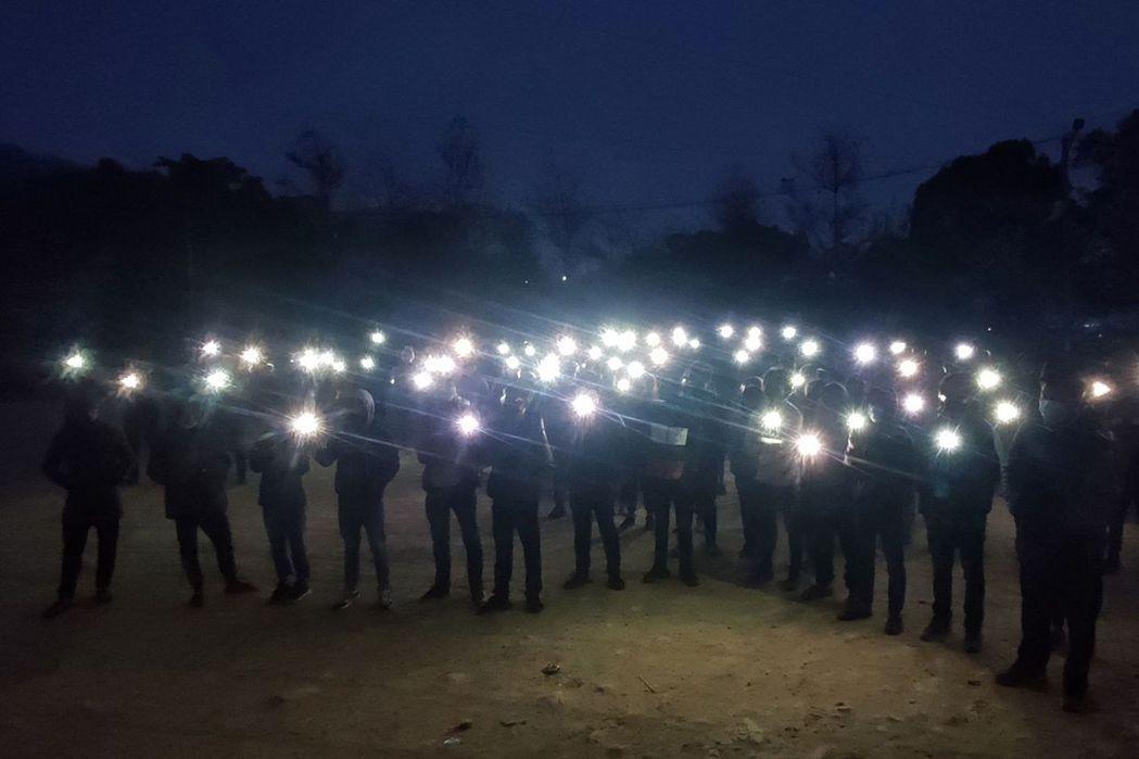 圖為3月29日示威者於清晨時間在缅甸钦邦首府——哈卡,點亮手機燈抗議政變。 圖/...