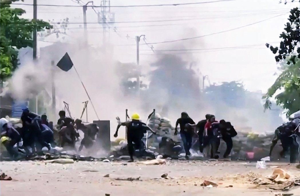 軍方29日在仰光西城的南達貢區,使用了RPG火箭砲「轟炸街頭示威者」。  圖/法...