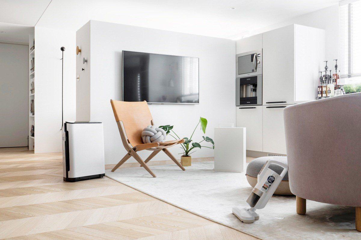回到居家空間,家人最常相聚的客廳區域也隱藏著許多呼吸道的危機,像是充斥大量過敏原...