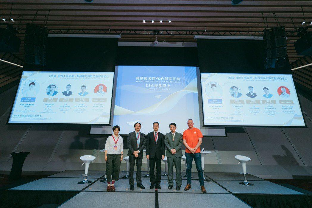 CSRone永續報告平台舉辦「第七屆台灣永續報告分析發表會」,「逆風.韌性:新常...