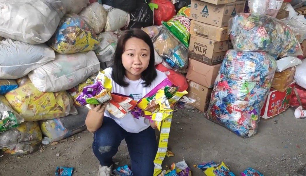 泡麵的包裝袋、洗衣粉等家用品補充包的包裝袋等都被回收廠視為沒有經濟價值的垃圾,拒...