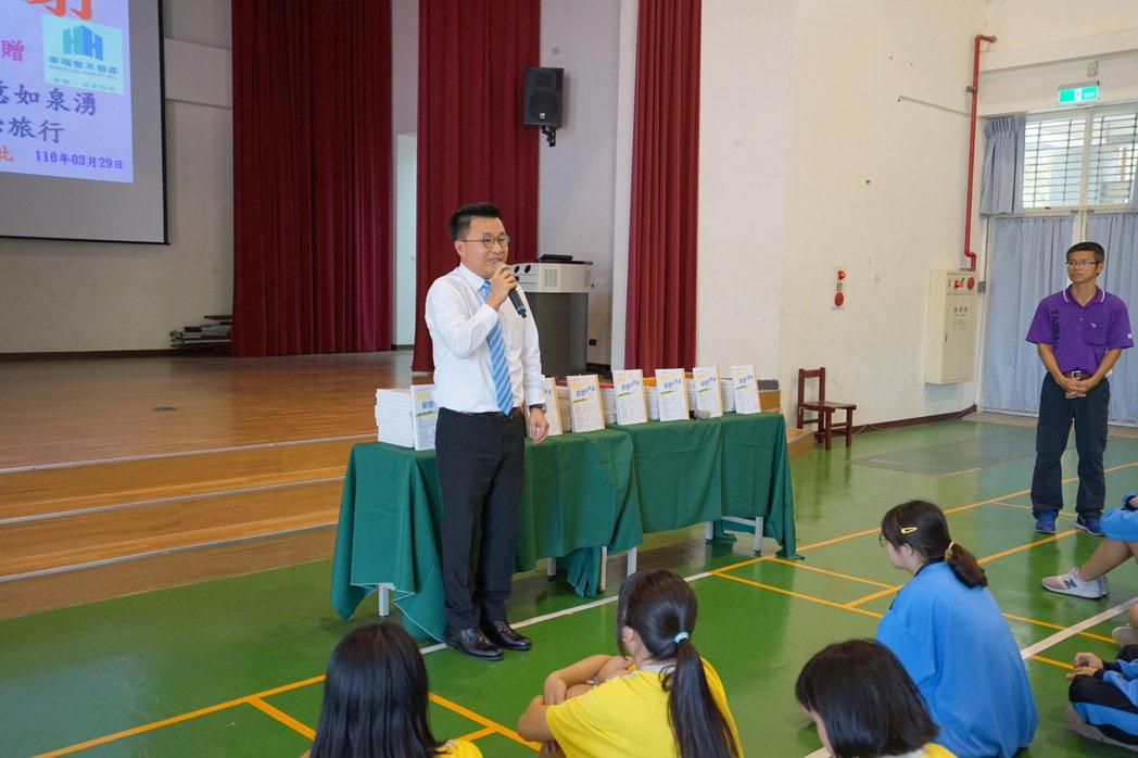 幸福家不動產李應吉總經理出席捐贈佳興國中百本寫作工具書。 業者/提供
