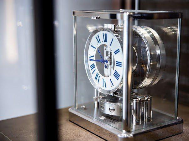 東村建設特別與藝術家及鐘錶商跨界合作。 業者/提供