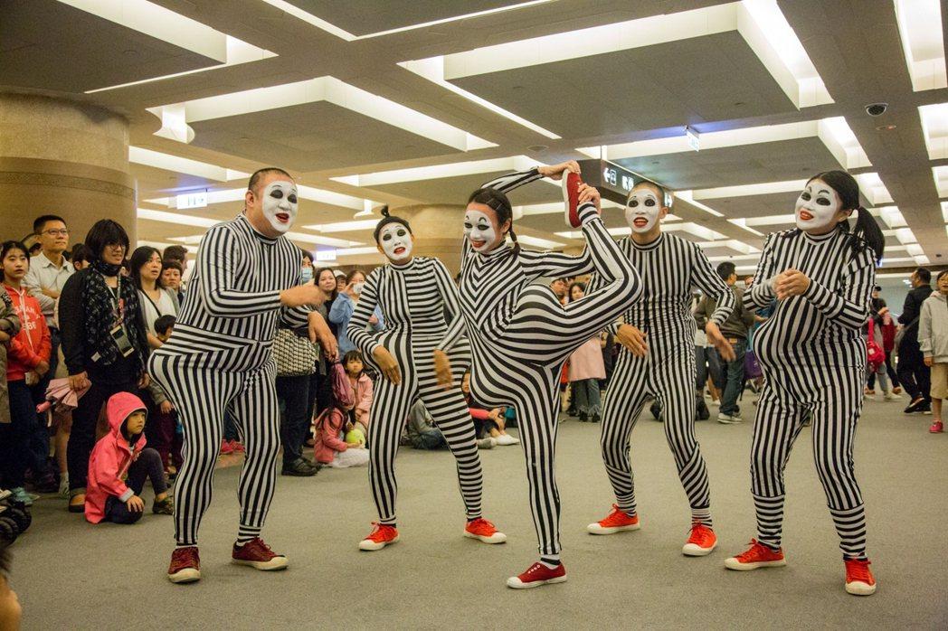 四月四日當天在2館戶外廣場有野孩子劇團帶來「哼哈爺奶」默劇表演。   南美館/提...