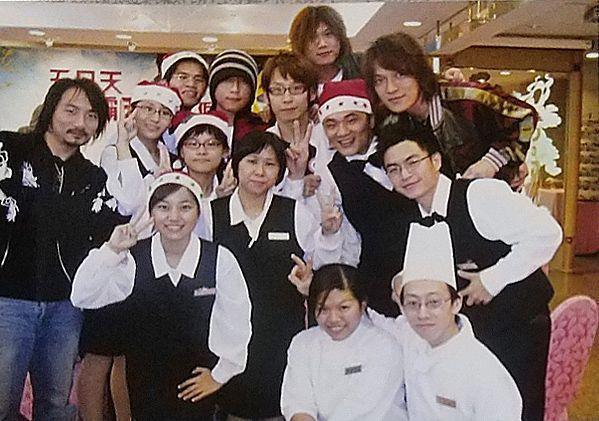 五月天16年前演唱會後的慶功宴,與飯店員工合影。  台南大飯店/提供