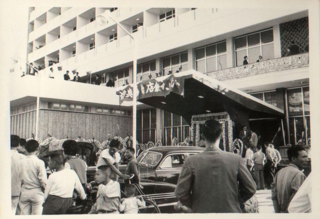 台南大飯店舊時榮景,黑頭車匯聚,是「成功商務人士」最重要的聚會場所。  台南大飯...