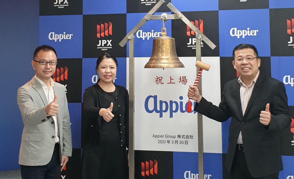Appier今天在日本掛牌上市,執行長游直翰(右一)和營運長李婉菱(左二)因疫情...