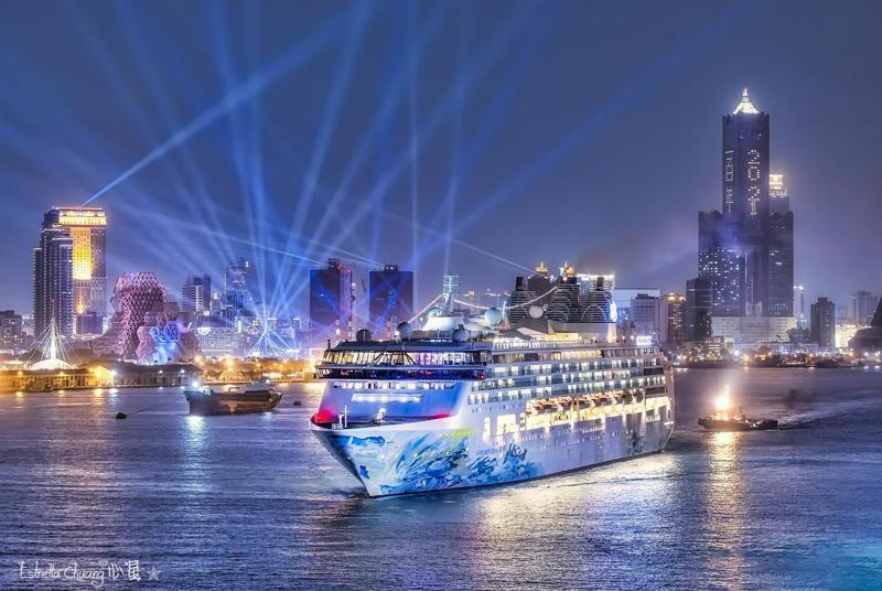 2020高雄港燈光煙火秀,星夢郵輪探索夢號停泊高雄;圖片授權提供/心星(臉書)。