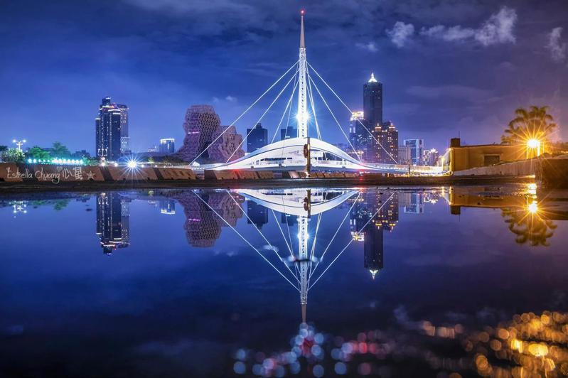 2020高雄港燈光煙火秀;圖片授權提供/心星(臉書)。