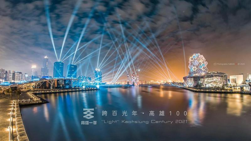 2020高雄港燈光煙火秀;圖片授權提供/蘇柏安(臉書)。