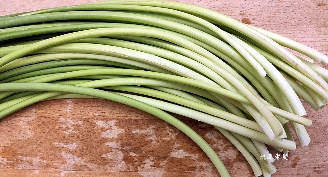 蒜苔是大蒜的花莖。色綠葉美, 品質好的蒜苔應新鮮、脆嫩,無粗老纖維,條長,上部濃綠,基部嫩白,尾端不黃,不爛、蒜苔的辛辣味比大蒜要輕,加之它所具有的蒜香能增加菜餚的香味,因此更易被人們所接受。